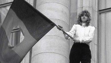 """Photo of Cine este """"fata cu steagul"""", simbolul victoriei Revoluției din 1989"""