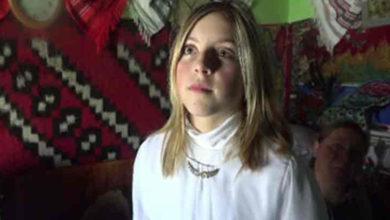 Photo of Denisa are doar 11 ani si 10 pe linie la școală deși nu a văzut niciodată un bec aprins în casă. Părinții ei nu au bani să racordeze casa la electricitate.