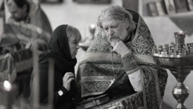 Photo of O femeie a mers la duhovnicul ei și i-a spus prin ce trece. Atunci, părintele i-a spus așa: Stai în genunchi să îți citesc rugăciunea pentru divorț. Părinte, dar ce rugăciune este asta?