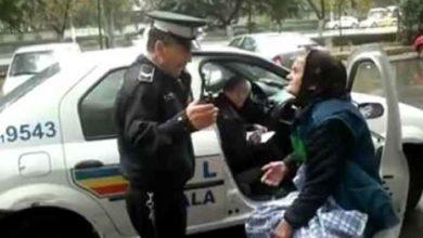 Photo of Acțiune de anvergură a Poliției din Ploiești. Au încatușat o bătrânică pentru că a refuzat să plece din locul unde vindea zarzavaturi