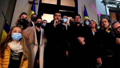 Photo of Bobby Paunescu si alti membri AUR au sarbatorit fara masca, alaturi de controversata activista Sosoaca