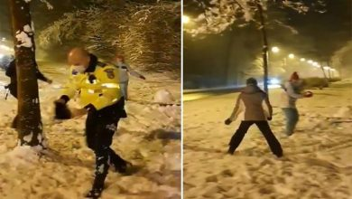 """Photo of Polițiști sibieni chemați la o intervenție, luați la """"bătaie"""" cu bulgări de zăpadă de două fete"""